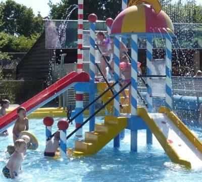 Glijbaan in het kinderzwembad