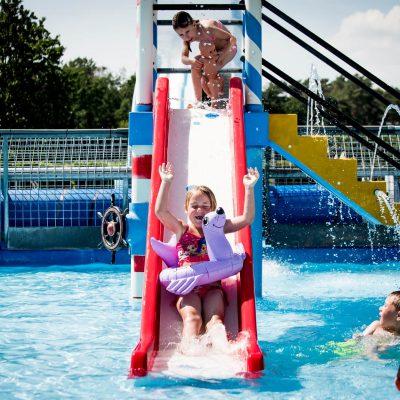 speelglijbaan in het kinderzwembad