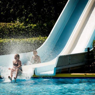 Glijbaan aan de zwembad