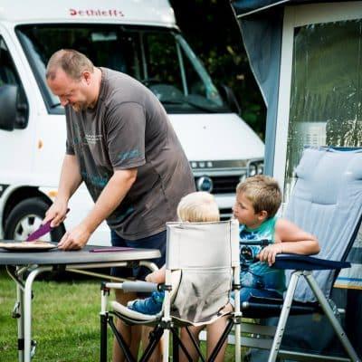 Buiten eten met de kinderen