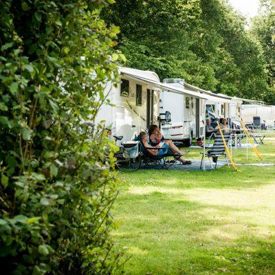 Relaxen bij de caravan